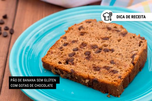 imagem de uma fatia de pão de banana com gotas de chocolate sobre um prato